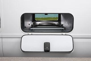 PRAKTISK å kunne laste og losse fra begge sider i rommene under bilen.
