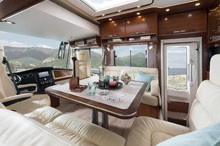 OGSÅ BENKEN på passasjersiden er stor og god plass. Med et bord som kan flyttes eller utvides, så har du flere muligheter til hvordan dere vil sitte.