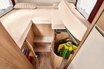 TO ENKELTSENGER som du når via to trappesteg og med ekstra lagringsplass finner du i Malibu T 460.