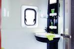 TOALETT og vask er fast montert på siden av bilen, mens du monterer dusjen på en finurlig måte selv.