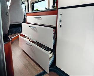 SKUFFENE under kjøkkenbenken er store, men kunne hatt større sidevegger og gitt plass til enda mer.