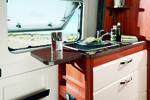 DEN PRAKTISKE klaffen på siden og glassdekselet over vasken gir deg ekstra arbeidsplass på kjøkkenbenken, som ellers ikke tilbyr slik plass.