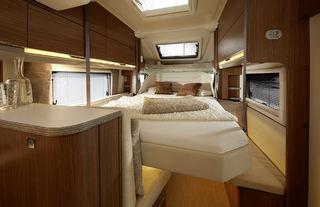 LANGSGÅENDE SENKESENG var en av de største nyhetene på årets Caravan Salon. Her fra Ixeo it680.