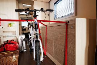 SMARTE FESTEKROKER gjør det enkelt å feste for eksempel en sykkel i en Brevio.