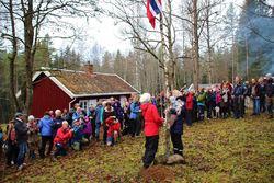 Steinar Saghaug. Arrangementets yngste deltaker fikk æren av å heise flagget over DNT Oslo og Omegns nye markastue på Dølerud.