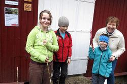 Oslos nye ordfører Marianne Borgen har nettopp skåret over sin første snor i embeds medfør – på Dølerud, med fin assistanse fra tre unge hjelpere. Foto: Bjarne Røsjø.