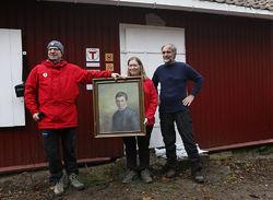 ØVs leder Johan Ellingsen og nestleder Helga Gunnarsdóttir overrakte en gave til Dølerud fra Sverre M. Fjelstad: Et portrett av hans bestemor Karen, som arbeidet som gjeterjente her for over 150 år siden. Foto: Espen Bratlie.