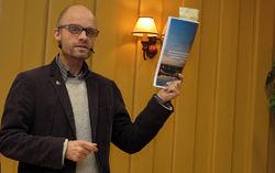 Harald A. Nissen med den nye byregjeringens politiske erklæring, som inneholder mye godt nytt for naturvernere og tilhengere av det enkle friluftslivet. Foto: Bjarne Røsjø