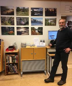 Privat. ØVs leder Johan Ellingsen foran en del av vandreutstillingen som nå henger på biblioteket i Enebakk.