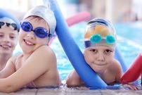 Barn i svømmehall