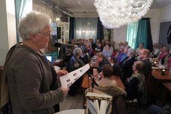 Kafé Latter i Ytre Enebakk var fylt til trengsel da Arnhild Skre holdt sitt foredrag om Ragnhild Jølsen og Theodor Kittelsen. Foto: Bjarne Røsjø.