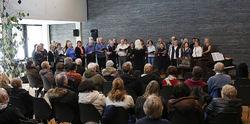 Sangkoret Freidig med sin dirigent Stein Skøyeneie bidrog til en stemmingsfull åpning av utstillingen.