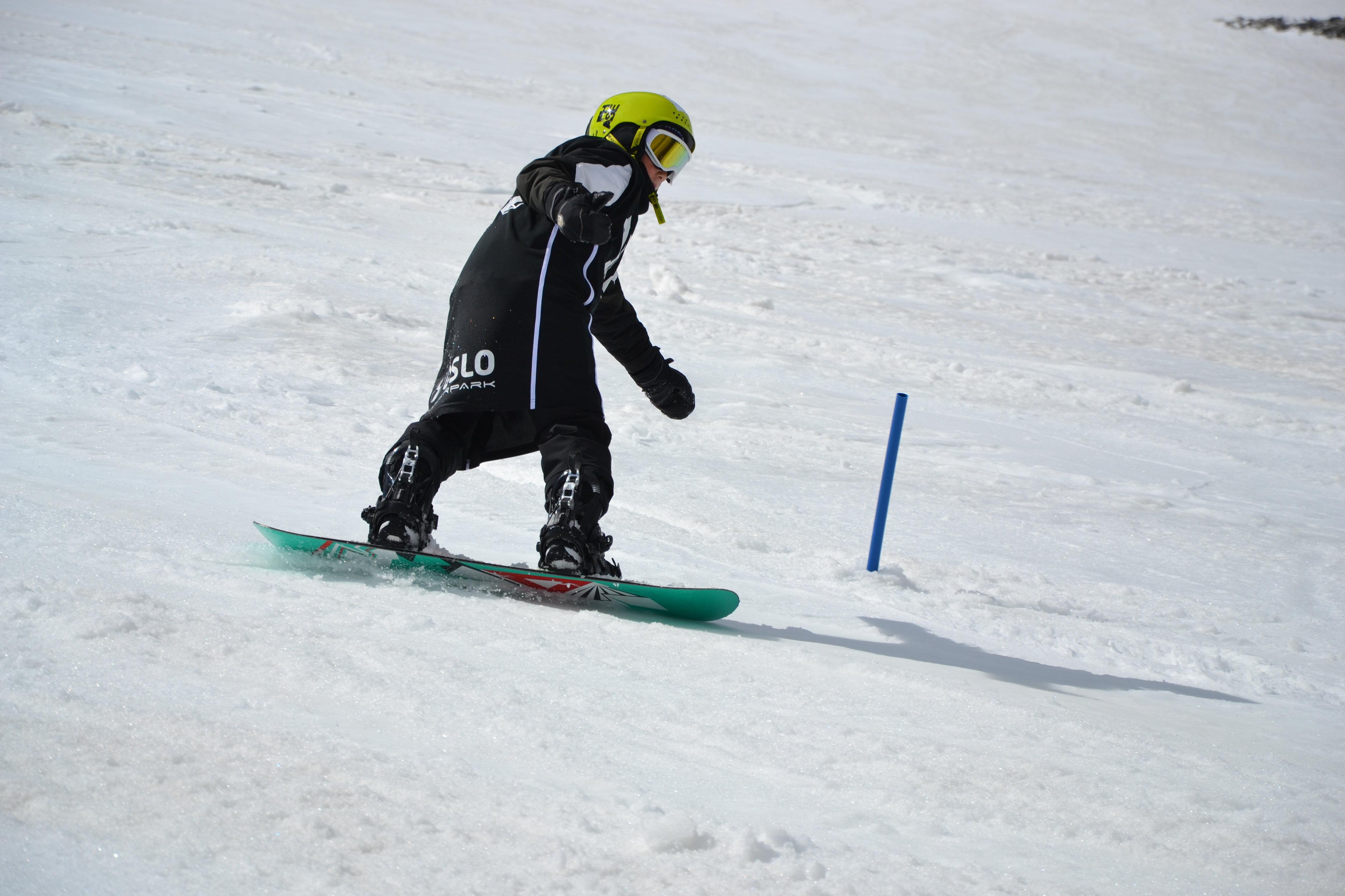 Medlem i Funkis snowboardklubb i aksjon i bakken