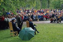 Hele 1200 mennesker møtte fram ved Milorg-bautaen på Sarabråten i 2001, da kong Harald deltok og blant annet hilste på de fremmøtte Milorg-folkene. Foto: Espen Bratlie