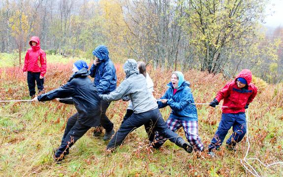 Bilde av ungdommer som er med i en tautrekkingskonkurranse
