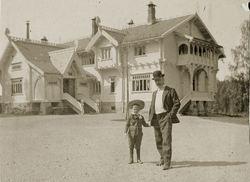 Den store dragestilvillaen Thomas Heftye jr. fikk bygget i 1897. Bildet er fra 1903 og her står Thomas Thomassen Heftye sammen med sønnen Henrik. Foto: Heftye-familiens album / Sarabråtens venner.