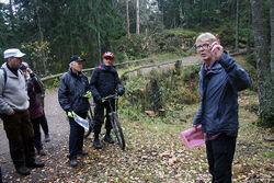 Even Saugstad og noen av lanserings-deltakerne ved et av kulturminnene på vei mot Sarabråten: Den berømte veiknuten «Korketrekkeren» i nordenden av Nøklevann. Foto: Bjarne Røsjø.