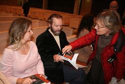 Etter jubileumsfesten i Bøler kirke ble Sverre M. Fjelstad sittende lenge for å signere bøker, med bistand fra ØVs jubileumsgeneral Ingunn Lian Nylund. Foto: Bjarne Røsjø.