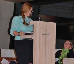 Kjersti Eidem Dyrhaug leste høyt fra sitt kapittel i boka. Den lille jenta med de røde museflettene, som ble tatt med på tur i Østmarka av pappaen med de magiske lommene, er nå en av de nye stemmene som forsvarer Østmarka. Foto: Steinar Saghaug.