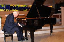 Musikeren Ketil Bjørnstad fremførte blant annet sin egen Østmarkasuite. Foto: Steinar Saghaug.