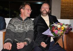 Gjermund Andersen, styreleder i Naturvernforbundet Oslo og Akershus, overrakte et æresdiplom til Sverre M. Fjelstad på vegne av sin egen organisasjon og Sabima, WWF, Lillomarkas Venner og Østmarkas Venner. Foto: Steinar Saghaug.