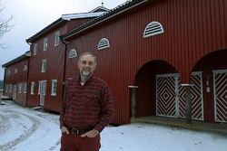 Foran låven på Haugstein – gårdens stolthet, som ble bygd av bestefar Ellingsen i 1953. Foto: Bjarne Røsjø.