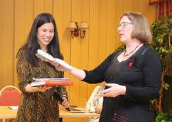 ØVs Helga Gunnarsdóttir takket byråd Lan Marie Nguyen Berg etter talen, og overrakte blant annet et eksemplar av boka Hyllest til Østmarka og «buffer til hele byrådet» som takk. Foto: Bjarne Røsjø, ØV.