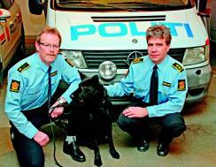 """""""Koordinator for hundetjenesten i Agder: Martin Ugland (t.v.) og miljøjurist på Agder Arne Kjønstad (t.h.) sammen med tjenestehunden Black Zen"""""""