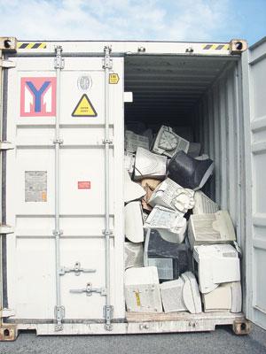Lastebil med elektronisk avfall