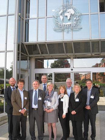 Den norske delegasjonen utenfor Interpols hovedkvarter