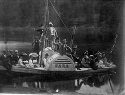 Slik så den opprinnelige Sara ut, med en stolt Thomas Heftye (i lys dress) stående på «kommandobroen». Bildet er fra 1874. Foto: Heftye-familiens album / Sarabråtens venner.