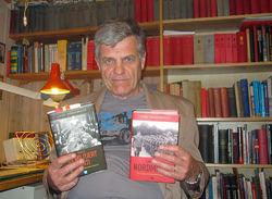 Lars Borgersrud med tobindsverket «Den norske militærfascismen 1930-1945», som ble utgitt i 2010 og 2012. Foto: Privat.