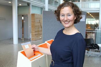 Kristin Røymo forhåndsstemmer. Foto: Eirik Linaker Berglund