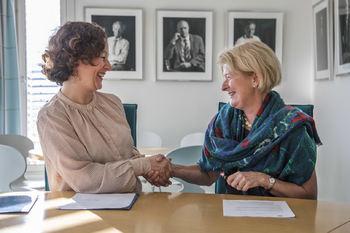 Kristin Røymo og Anne HUsebekk signerte i dag samarbeidsavtalen mellom UiT og Tromsø kommune. Foto: David Jensen/UiT Norges arktiske universitet