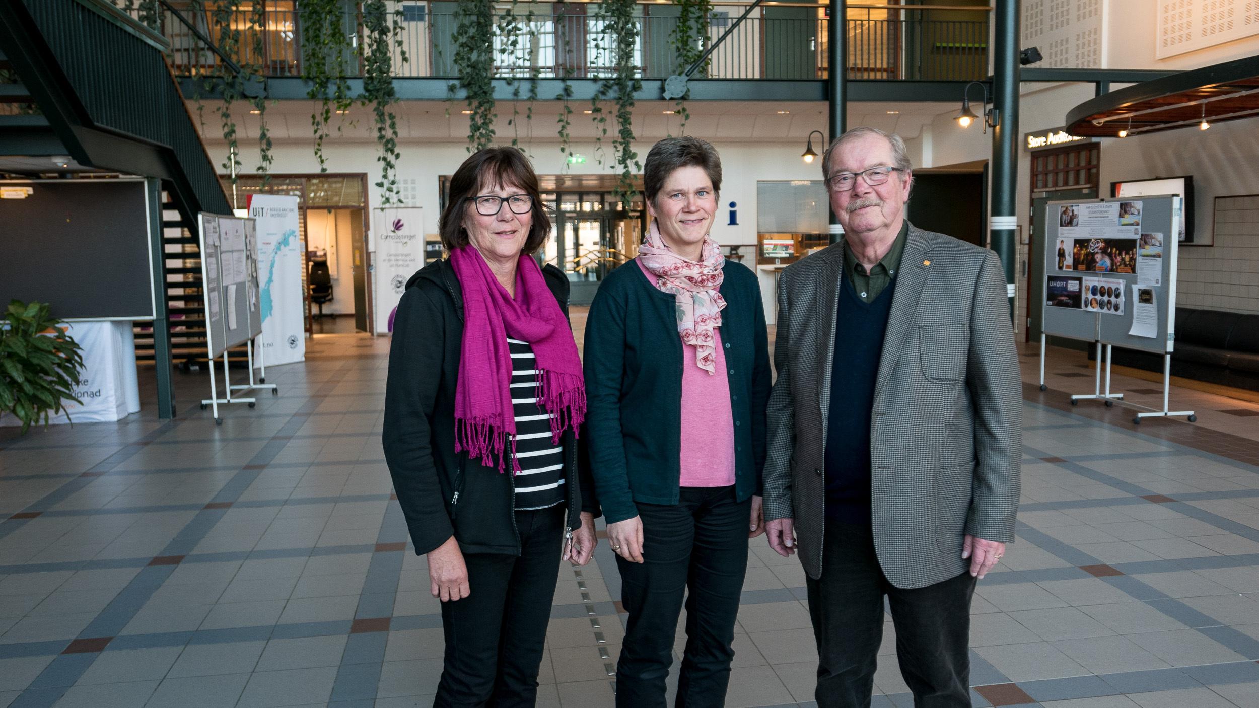 Henny Kinn (UiT), Marit Kristiansen og Ivar Østberg (eldrerådet) jobber for et mer demensvennlig samfunn. Foto: Øivind ARvola
