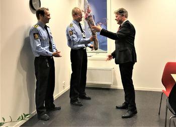 Justisminister Per-Willy Amundsen gratulerer fungerende politimester Einar Sparboe Lysnes og leder for politidistriktets felles enhet for etterretning, forebygging og etterforskning (FEFE) Yngve Myrvoll med etableringen av et nytt senter.