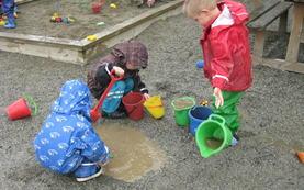 barn leiker i sandkasse