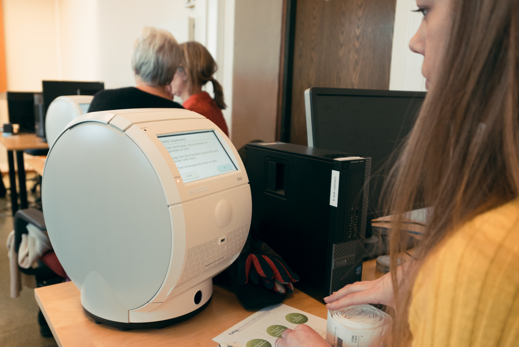 Tina Nyhammer får opplæring i bruk av maskinen Evondos, som er en automatisk medisinmaskin. Foto: Øivind Arvola