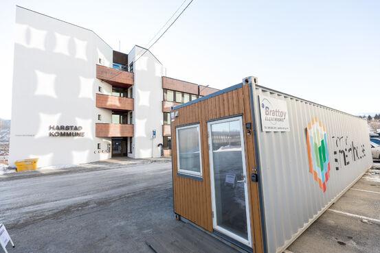 Even Ediassen i Nordic Smart House i en av konteiner-leilighetene. Her fra soverommet. Vi ser inn i badet. Foto: Øivind Arvola