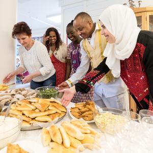 Lera, Lemlem, Sunday, Mollugeta og Asmaa var blant de som sørget for internasjonal mat til beboerne ved Bergeng bosenter. Foto: Øivind Arvola
