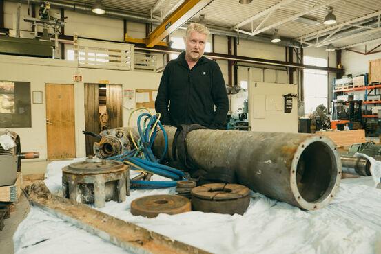 Geir Samuelsen med den ødelagte motoren til Selsbanes seil. Foto: Øivind Arvola