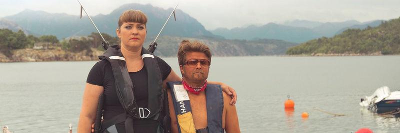 Mann og dame med redningvest