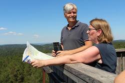 Ola Elvestuen likte det han så fra toppen av branntårnet på Kjerringhøgda. ØVs leder Helga Gunnarsdóttir ga ham et eksemplar av det nye Østmarka-kartet.