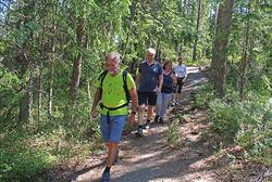 På stien mellom Kjerringhøgda og Vangen ble Ola Elvestuen flankert av ØVs forrige leder Johan Ellingsen (foran) og den nåværende lederen, Helga Gunnarsdóttir.