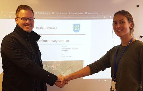 Prosjektingeniør Sigrid Moe i Hadsel kommune og anleggsleder Tore Holmen i Alf Brekken og Sønner AS er her ferdig med kontraktsforhandlingene.