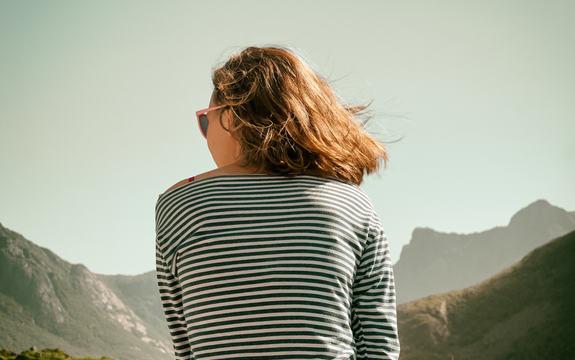 Bilde av en jente med ryggen til