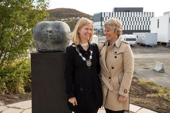 Vareordfører Maria Fjellstad og sjef for Equinor drift nord, Siri Espedal Kindem ved skulpturen Unity. Foto: Øivind Arvola