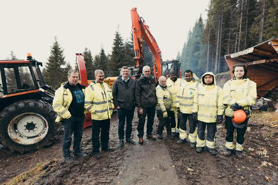 Banksjef i Harstad sparebank, Tore Karlsen sammen med representanter for kommunen og Arbeidslaget. Foto: Øivind Arvola