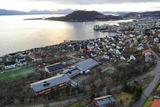 Skolen ligger ca. 2 km. nord for Harstad sentrum, og er omgitt av flotte naturområder på Trondeneshalvøya.  Foto: Øivind Arvola