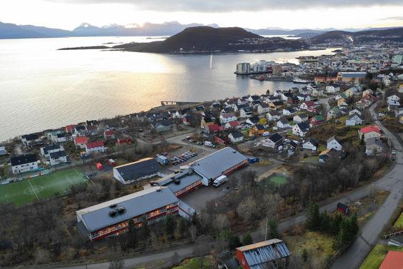 Skolen ligger ca. 2 km. nord for Harstad sentrum, og er omgitt av flotte naturområder på Trondeneshalvøya. Vi har her rike muligheter i nærmiljøet, med tilgang til både sjø, ferskvann og historiske tufter, og ønsker at dette skal være med på å prege under